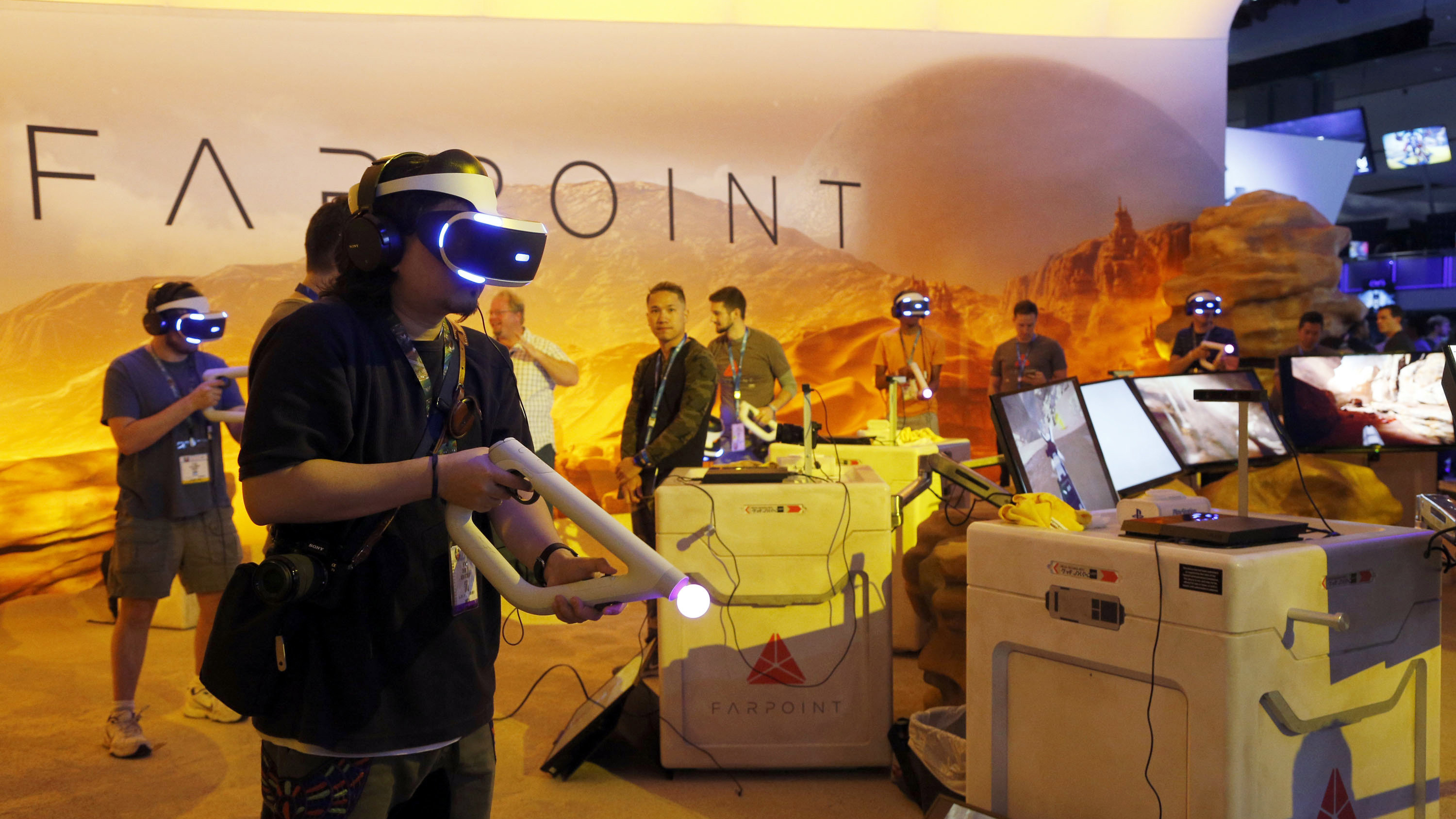 ap foto : nick ut : visitors play farpoint for playstation vr, a space adventure set on a hostile alien world, at the electronic entertainment expo in los angeles on wednesday, june 15, 2016. (ap photo/nick ut) games-e automatarkiverad