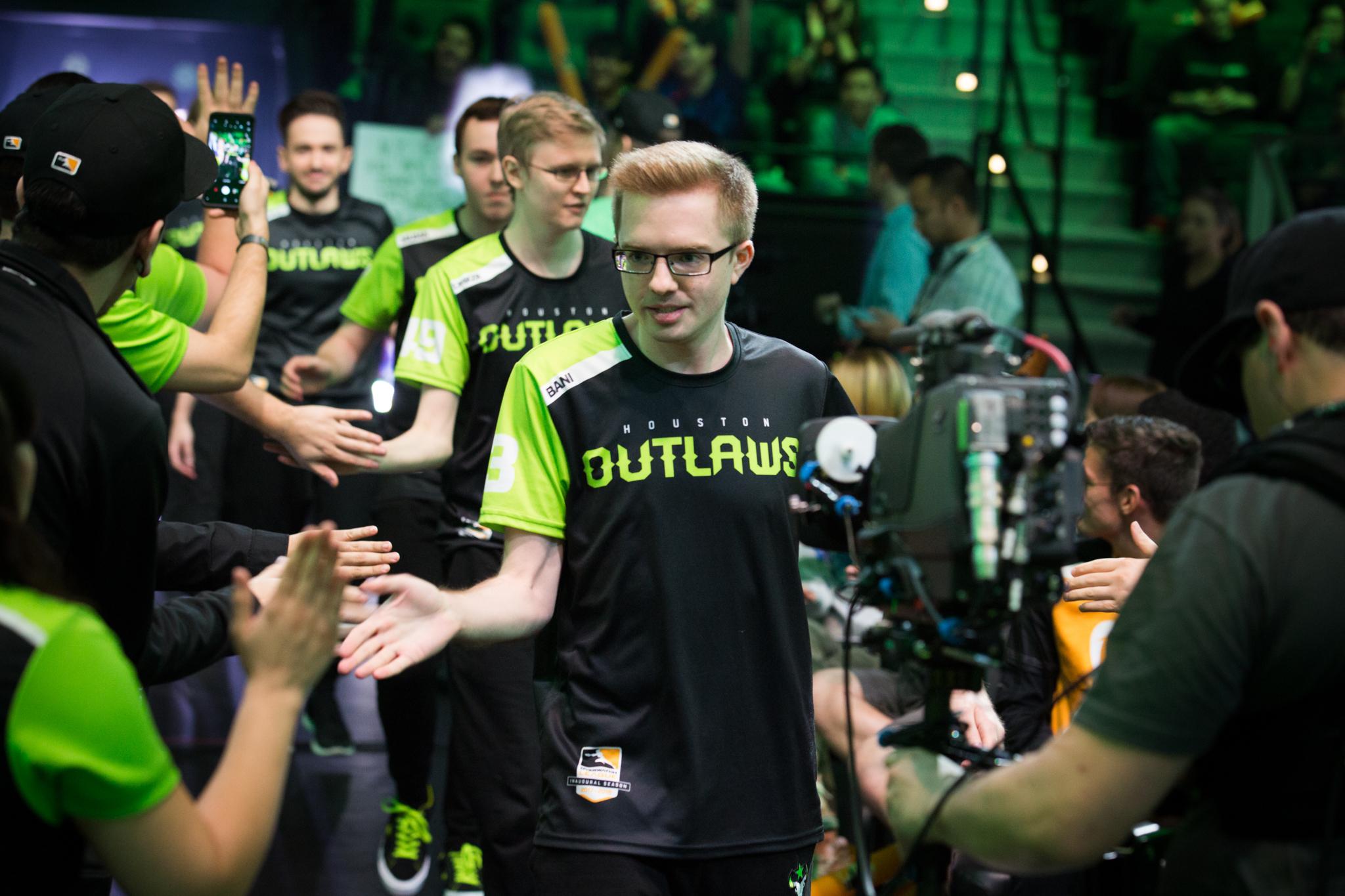 Houston_Outlaws_enter_the_arena